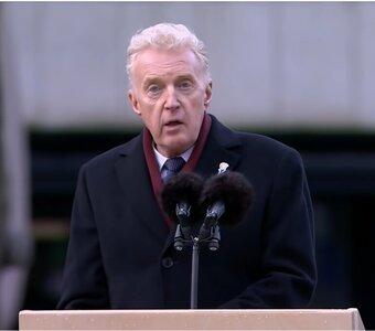 Waarom André van Duin op de Dam wel iedereen raakte met zijn speech en Arnon Grunberg vorig jaar niet
